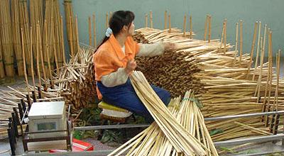 竹のピース毎に削りを加えて研磨する。