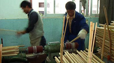 竹の表面を細かく丁寧に研磨作業を加える。