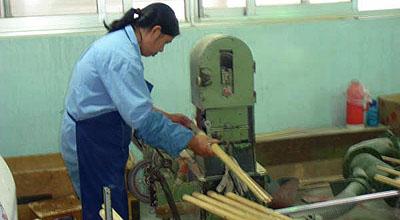 竹四つを組み合わせて、凹凸が出ないように研磨する。