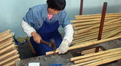 竹4つがバラけないように、柄部分へ契(金具)を取り付ける。