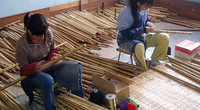 竹の種類を分ける為に各色の糸を巻く