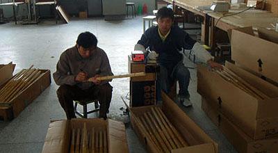 完成品竹刀を検品する。