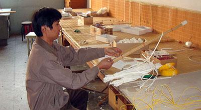 竹刀を仕組む作業。